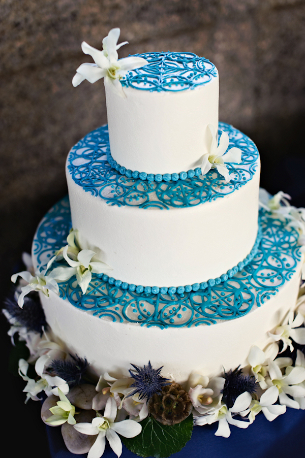 Blue wedding cakes bitsy bride for Blue and white weddings