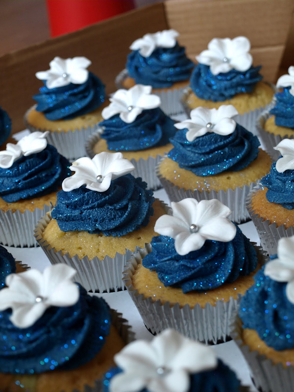 navy blue wedding cake with cupcakes blue wedding cupcakes bitsy 17781